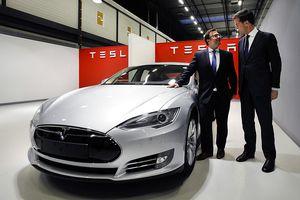 Dutch Prime Minister Mark Rutte (R) speaks with alderman Roel Lauwerier as he visits the Tesla car factory in Tilburg.
