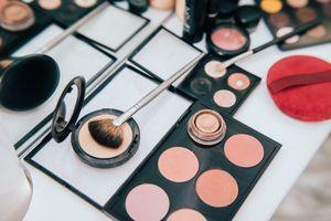 Make up set and tools.