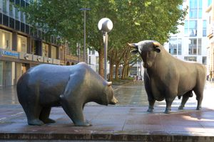 Bull and bear, by sculptor Reinhard Dachlauer, in front of the Frankfurt Stock Exchange.